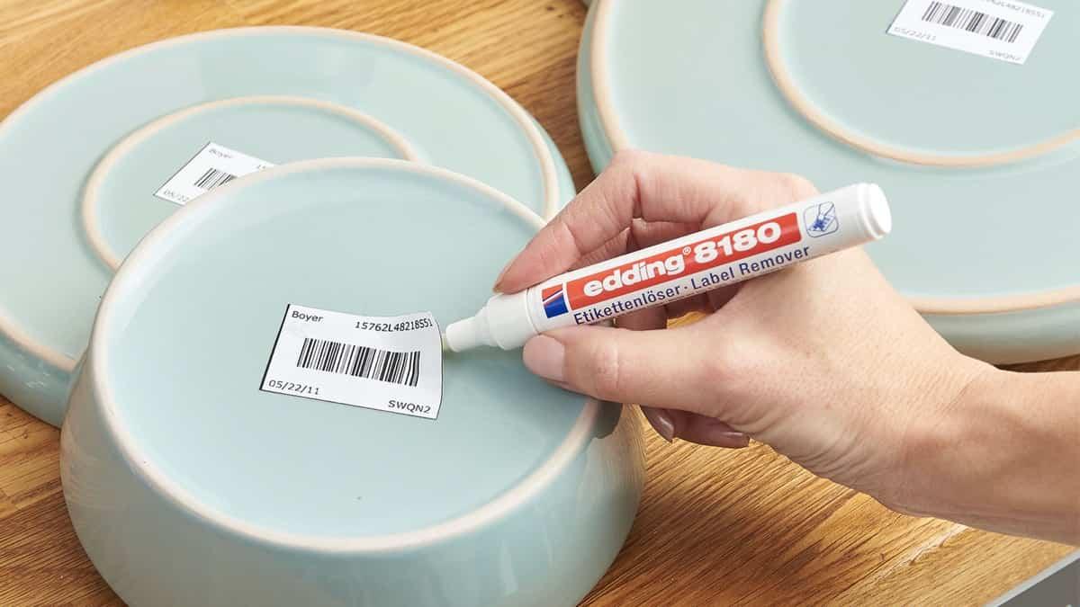 Cómo quitar bien las pegatinas en los platos 2