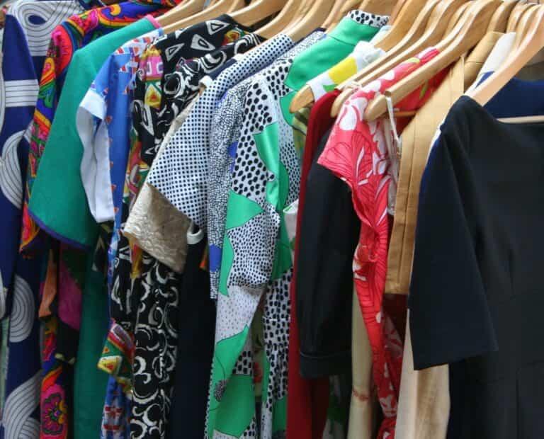 7 ideas para organizar bien tu ropa sin armario en el dormitorio