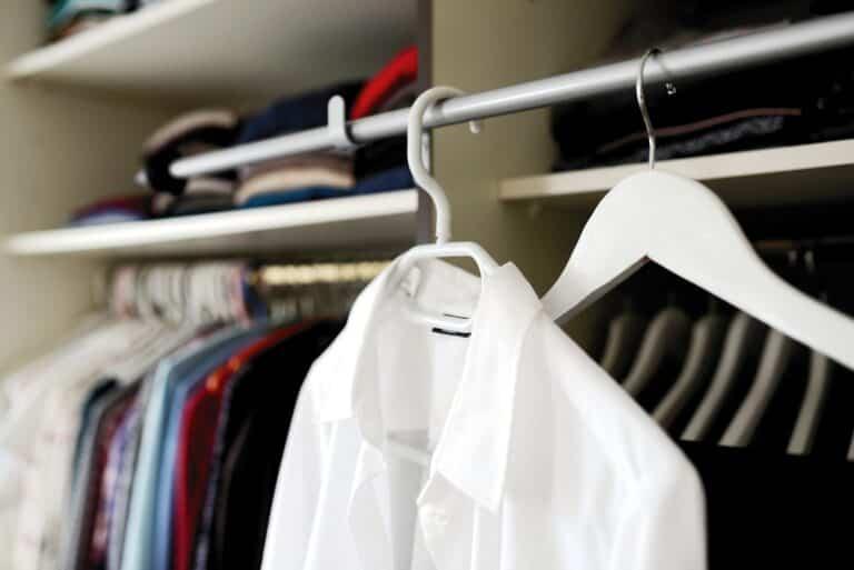 Hábitos que tienes y que están estropeando tu ropa en el armario