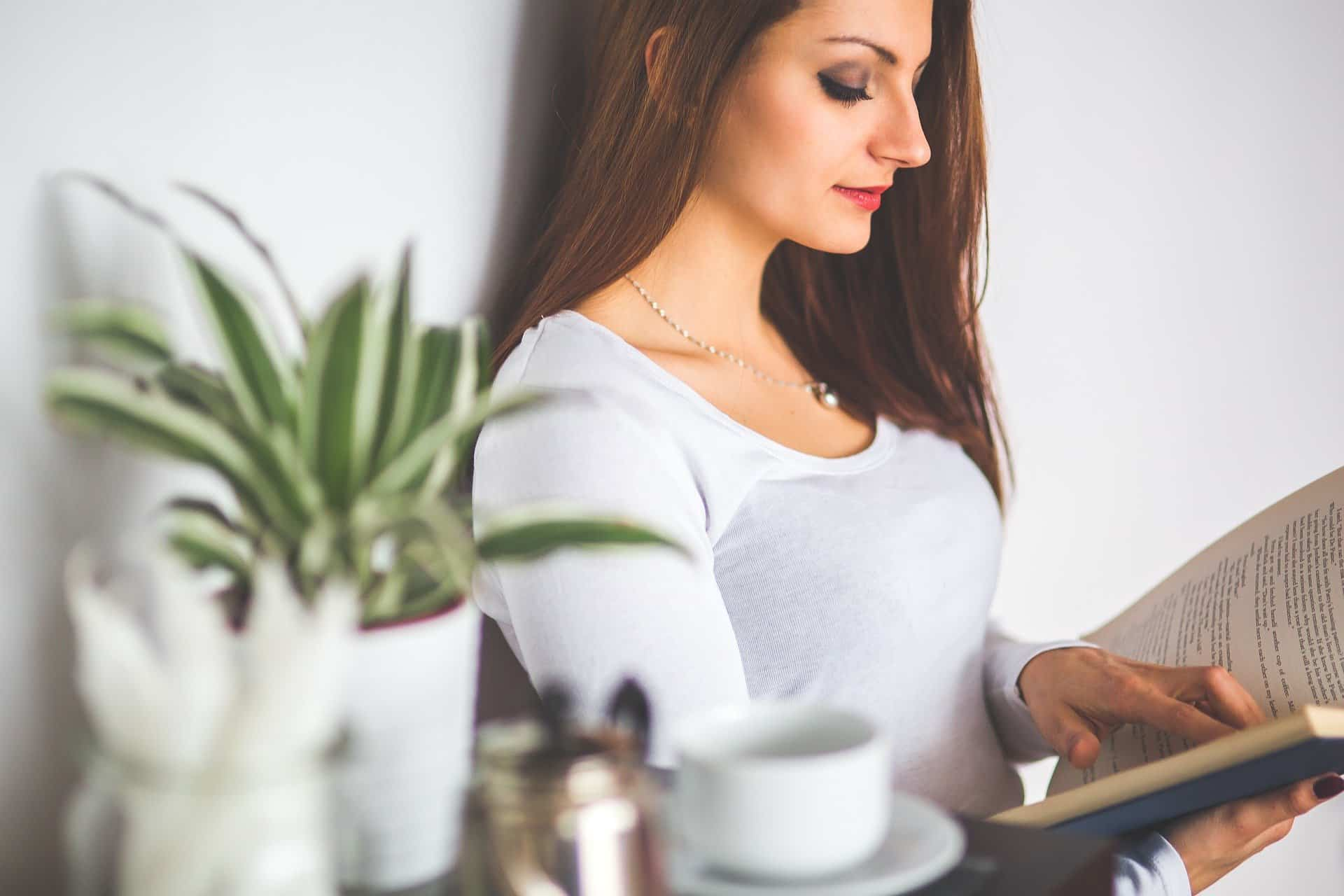 Cómo crear un rincón de lectura en tu casa sin perder espacio ni dinero