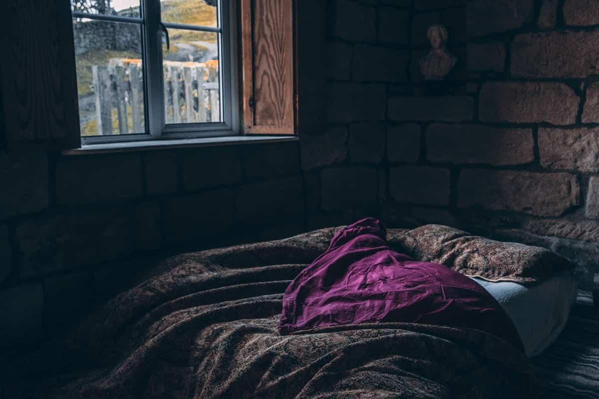 decorar el dormitorio con morado